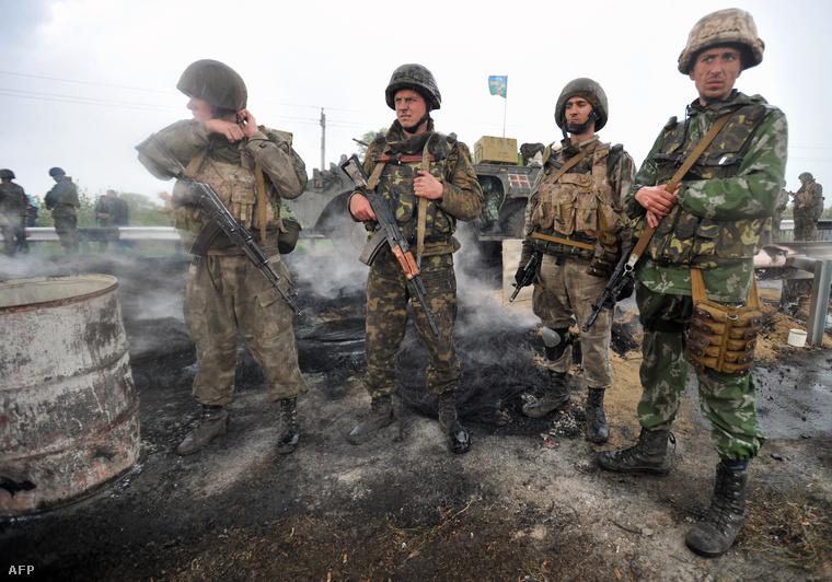 Ukrán katonák a Kramatorszk és Szlovjanszk közti úton