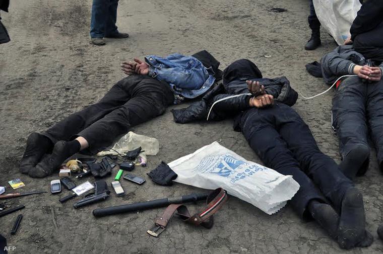 Elfogott oroszpártiak egy Szlovjanszk melletti ellenőrzőpontnál