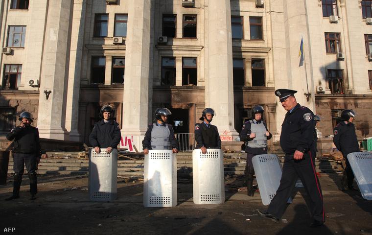 Ukrán rendőrök védik az előző nap megostromolt szakszervezeti épületet Odesszában.