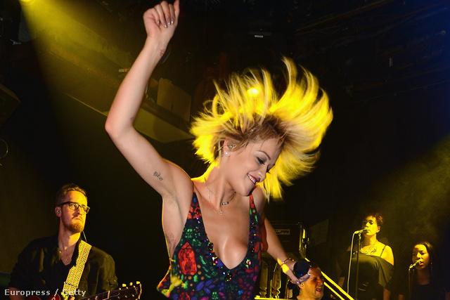 Rita Ora új számát adja elő New Yorkban