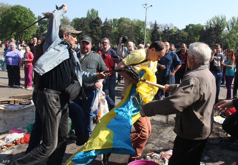Oroszpárti tüntetők támadnak rá egy ukrán zászlót tartó tüntetőre Odesszában