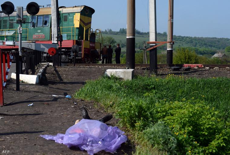 Nejlontáskával letakart halott egy Szlovjanszk-közeli vasúti kereszteződésnél.