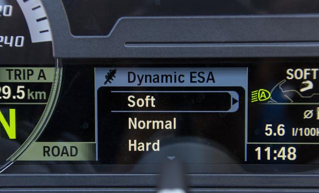 A Dymanic ESA, vagyis az elektronikus futóműállítás vezérlése egyszerű. Itt éppen a csillapítás jellegét adhatjuk meg, de ezt finomhangolja a rendszer menet közben a ki- és berugózások figyelésével