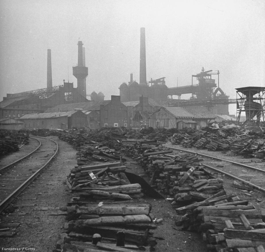 Egy lerombolt erőmű Berlin mellett. A földön a lerombolt ipartelepről megmentett felszereléseket hordták össze, amiket jóvátétel címén később elszállítottak.
