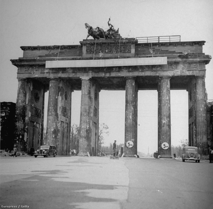 A Brandenburgi kapu Berlin központjában megúszta az orosz bombázást, mikor azonban orosz zászlót tűztek a kapu tetején lévő szobor kezébe, a németek elkezdték lőni a műemléket.