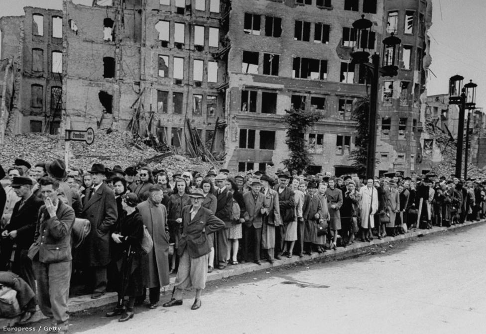 Hónapokba telt, mire a harcok után megtisztították a várost a törmeléktől. A városból katonák és civilek egyaránt rengetegen menekültek el az ostrom alatt és után is – félve az orosz megtorlástól. A Berlin környéki erdőkből még az elmúlt években is kerültek elő második világháborús holttestek.