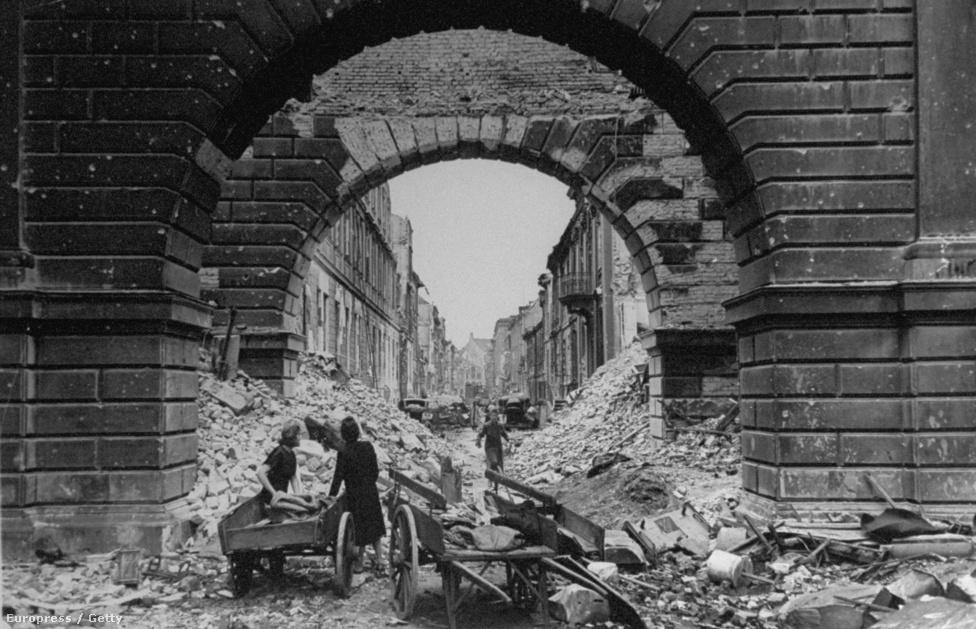 Romok között kutató berliniek az Oberwallstrassén