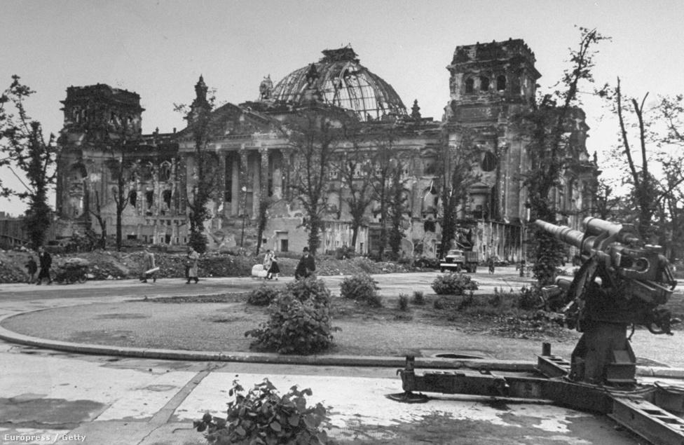 A Reichstag lerombolt épülete, mellette egy szétlőtt légvédelmi üteg. A német védők erődítményekké alakították a civil épületeket, bunkereket és tüzérségi állásokat telepítettek a közelükbe, hogy kihasználják a védekezésben a város adottságait.