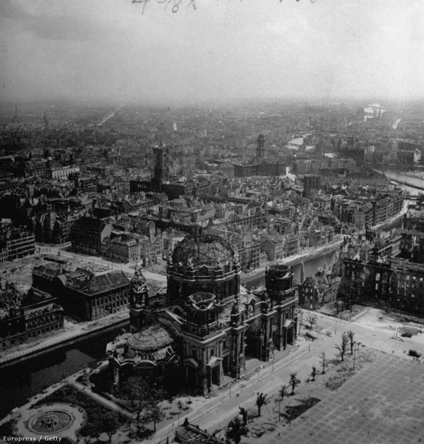 Berlin lerombolt panorámája: középen a Berlini dóm, balra a városháza. Április 28-án kezdődött a kormánynegyed ostroma, ahol a legelegánsabb épületek voltak. Ahogy ezen a légifotón is látszik, nem sok maradt belőlük.