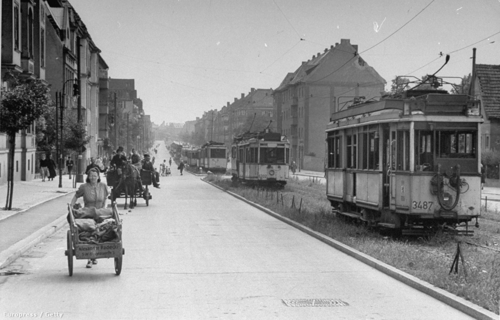 Utcakép az ostrom után. A németek aláaknázták a fontosabb utcákat és kereszteződéseket a ostrom előtt, hogy akadályozzák a támadó csapatokat az előre nyomulásban. Rengeteg fel nem robbant akna maradt a város alatt Berlin bukása után is.