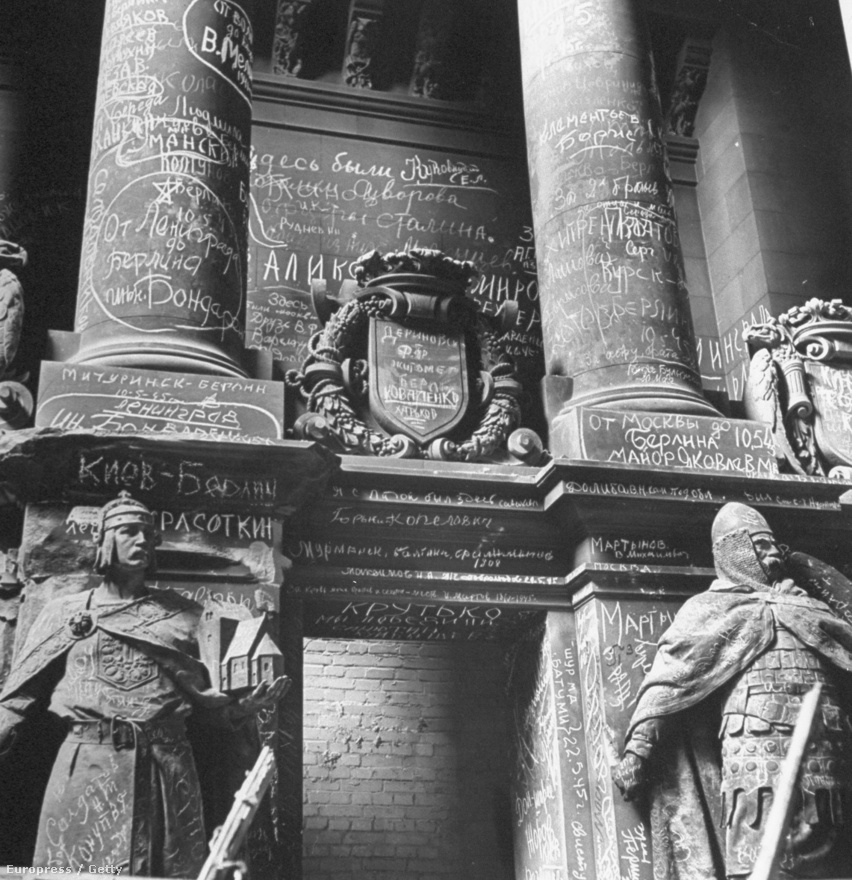 Orosz feliratok a Reichstag oszlopain. Mire a szövetséges csapatok Berlinhez értek, az oroszok már alaposan feldúlták a várost.