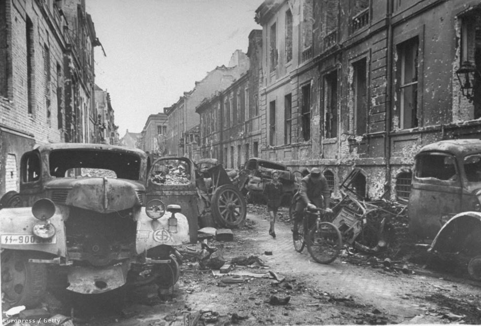 2,5 millió orosz katona harcolt Berlinnél, hatezer tank és 40 ezer nehéztüzérségi egység lőtte a heteken át a fővárost. Három orosz parancsnok – Zsukov, Konyev és Rokosszovszkij marsall – egymással versengve, kerületről kerületre foglalta el várost. A Berlinbe visszavont 300 ezer német katonának esélye sem volt.