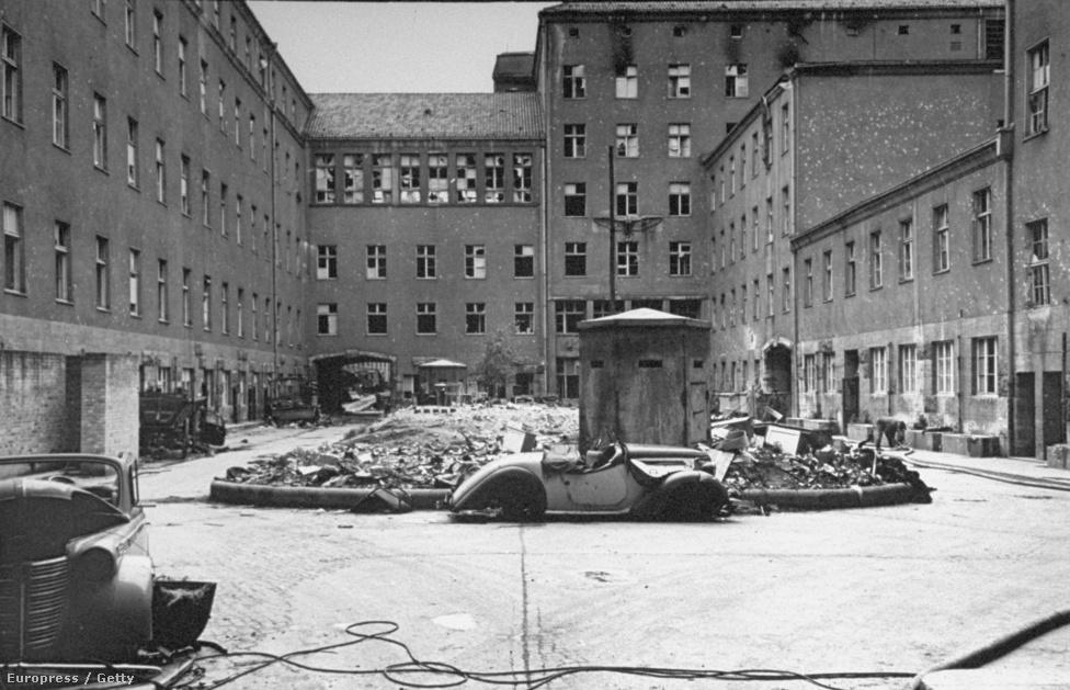 Gyártelep Berlin mellett. A várost körülvevő második védelmi vonal főleg gyárakból és ipartelepekből állt, amiket géppuskafészkekkel és tüzérségi állásokkal erősítettek meg.