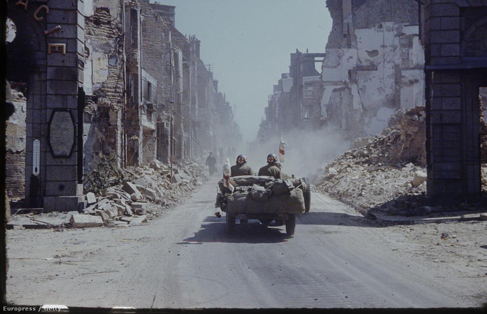 """Amerikai katonaorvosok hajtanak keresztül egy azonosítatlan francia kisváros romjain, 1944 nyarán. Párizsba tartanak, amit akkoriban egyfajta varázskardnak is tartottak. """"A megfelelő kezekben hatalmas és ragyog, a méltatlanok számára egy nagy rakás semmi. A fények városa óriási hatással bír a nyugati civilizáció politikai kiegyensúlyozottságára: így volt ez a középkorban és a múlt héten is."""""""