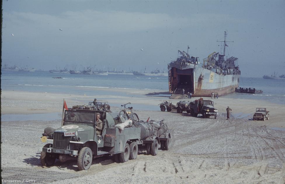 Amerikai katonák járműveket és egyéb harci szállítmányokat rakodnak ki egy partraszálló hajóról a szövetségesek támaszpontján.