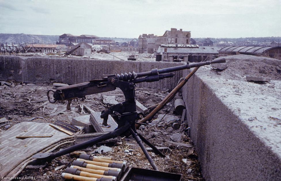 Elhagyatott német lövészállás egy épület tetején, gépfegyverrel és lőszerekkel, 1944-ben.