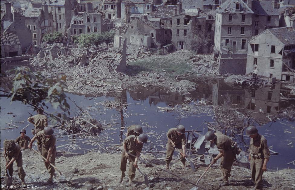 A romok beszélnek a legtisztábban egy háború pusztításáról. Teljesen mindegy, hol járunk, a rombolás ugyanannyira kegyetlen. Csak por és törmelék marad utána. A képen egy amerikai egység lebombázott és szétlőtt épületek törmelékeitől tisztítja meg a terepet az alsó-normandiai Saint-Lô városában.