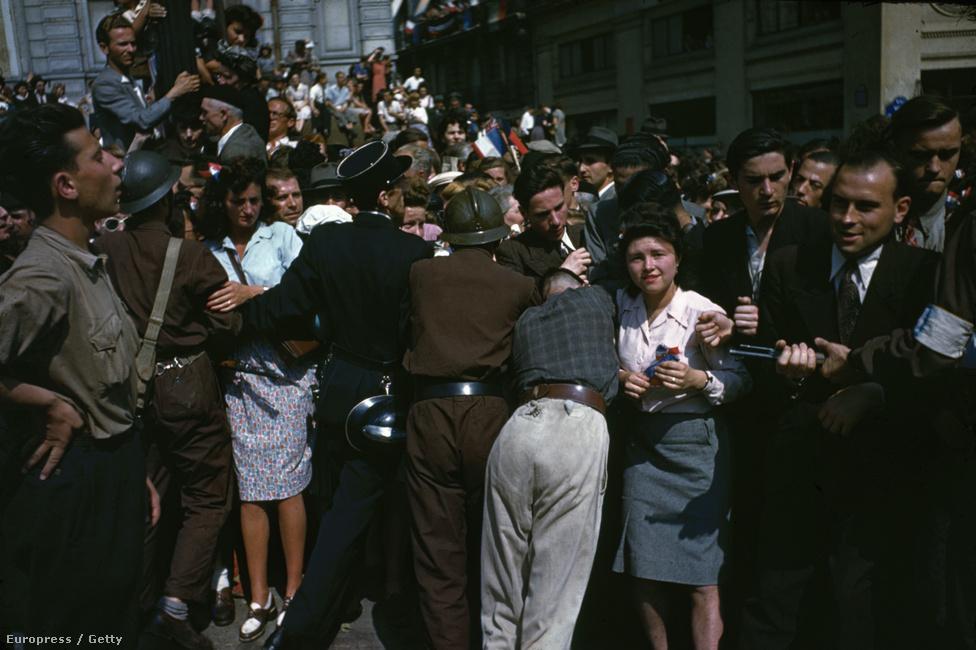 Egy katona és egy rendőr próbálja feltartóztatni a Párizs felszabadulását ünneplő franciákat. A  németek elűzését két nagy felvonulás követte: egy augusztus 26-án, egy másik pedig három nappal később, 29-én. Az egyiket Charles de Gaulle tábornok vezette, hogy Franciaország vezetőjeként megszilárdítsa tekintélyét.
