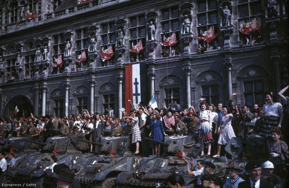 Franciák tömege – egy része a tankokon állva – ünnepli a főváros felszabadulását a Városháza (L'Hotel de Ville) előtt, augusztus 29-én. Ugyan még nem ért véget a háború, és még kemény harcok voltak hátra, mégis fontos mérföldkő volt a hitleri csapatok visszavonulása.