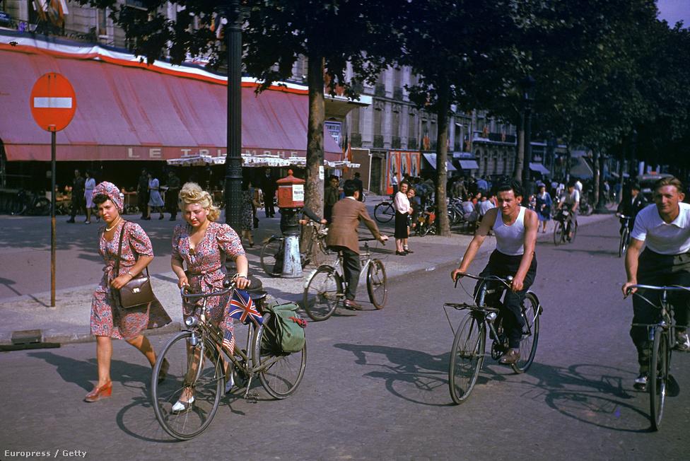 Francia civilek az utcára vonulva ünneplik Párizs felszabadulását. A városlakók házilag barkácsolt amerikai, brit és francia zászlókkal, az amerikai himnuszt énekelve köszöntötték a szabadságot.