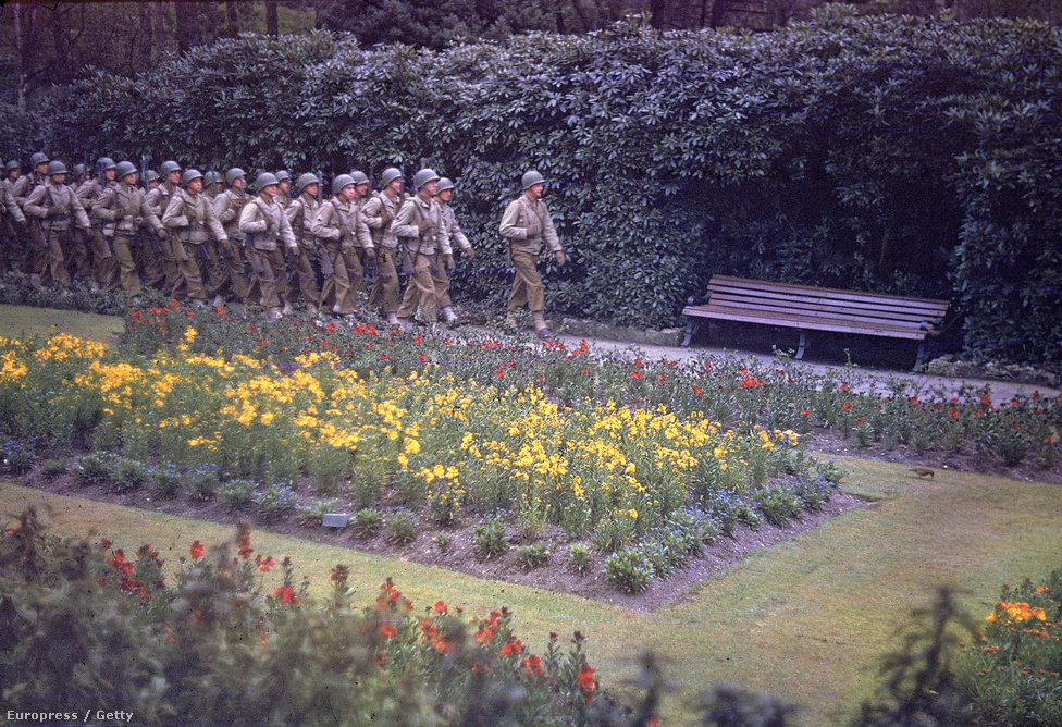 Amerikai katonák menetelnek egy azonosítatlan angliai parkban, nem sokkal a D-nap előtt, 1944 májusában. Scherschel kevés jegyzetet készített a képeiről, a legtöbbször egész egyszerűen azért, mert nem volt rá lehetősége vagy eszköze hozzá.