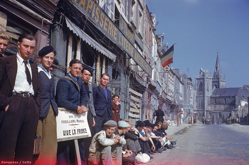 """Francia városlakók a járdán gyülekezve üdvözlik a felszabadító amerikai csapatokat. """"Az egész civilizált világ imádja Párizst és Franciaországot.  Amerika is osztozik ebben a szeretetben, hiszen mindkét nagy háborúban szövetségesek voltunk"""" – kommentálta a Life az amerikai csapatok és az európai szövetségesek kapcsolatát."""