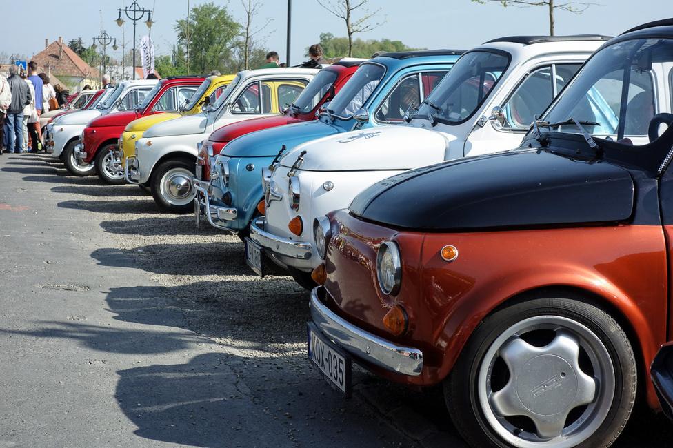 Szentendre, a faltalanított Duna-korzó, sztészórva egy óriási marék, színes üveggyöngy, valamennyi alatt négy kerék. Pontosabban ezek Fiat 500-asok, no meg az ő nagyszámú rokonságuk. Összesen 46 régi 500-as gyűlt össze
