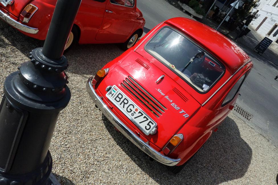 A találkozó legzajosabb és legerősebb autója Eisztrich Ádám kontyos Puch 650 TR-je volt. Hogy miért olyan fura? Az osztrákok az ötvenes évek végén rájöttek, hogy a Puch-bokszer kevesebb helyet foglal, mint az eredeti, álló sorkettes Fiat-motor, ezért hátrébb helyezett hátsó tűzfallal kérték a karosszériákat Torinóból, s a szívórács is elmaradhatott a szélvédő alól. Így már lett elég hely a hátsó üléseken, hogy két kisebb felnőtt be tudjon ülni, ezért a végig legurítható vászontető helyére konstruáltak egy meredek, nagy hátsó szélvédős, felcsavarozható tetőt, hogy a fejeknek is jusson hely