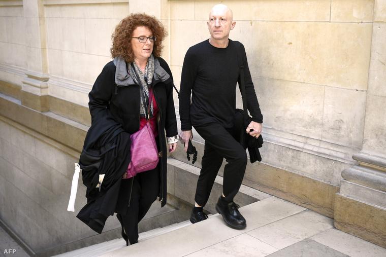 Steven Cohen (j) a párizsi bíróságon
