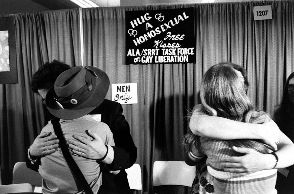 A free hug mozgalom egyáltalán nem újkeletű - 1971-ben ugyanúgy ingyen meg lehetett ölelni egy homoszexuálist egy                          melegjogi eseményen, mint ma bármelyik fesztiválon kínálják azt a szabad szellemű fiatalok.