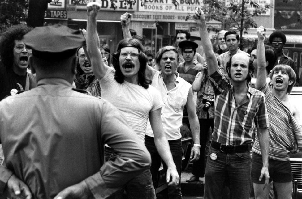 Amikor elmeszelték azt a törvénymódosítást, ami egyenlő jogokat biztosított volna a homoszexuálisoknak a munkavállalás terén, az aktivisták a városháza előtt tüntettek. Öklüket rázva kiáltották, hogy Gay Power! miközben a rendőrök rezzenéstelen arccal őrizték az épületet.