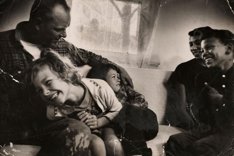 Richard és Mildred gyermekeikkel a saját nappalijuklban. Peggy, Donald és Sidney játszadoznak. Villet két hetet töltött a házaspár otthonában, és mint az  a képeken is látszik, elsősorban nem a jogi oldala érdekelte a történetnek. Olyan magával ragadó történetet kanyarított a Loving-házaspárról (csodálatos vezetéknév ehhez a sztorihoz), hogy 2012-ben az HBO is feldolgozta a történetüket egy dokumentumfilmben.
