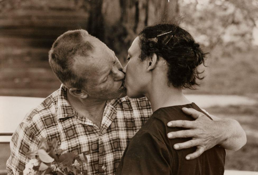 Richard csókkal köszönti feleségét, Mildredet, mikor hazatér a munkából. Nincs ebben semmi kivetnivaló, igaz? Leszámítva, hogy ezért akár 25 év börtönt is kaphatott volna, Virginiában ugyanis törvény tiltotta a feketék és a fehérek házasságát. Az ügy végül egészen Bobby Kennedyig gyűrűzött, míg végül kimondták: a szerelemhez mindenkinek egyformán joga van.