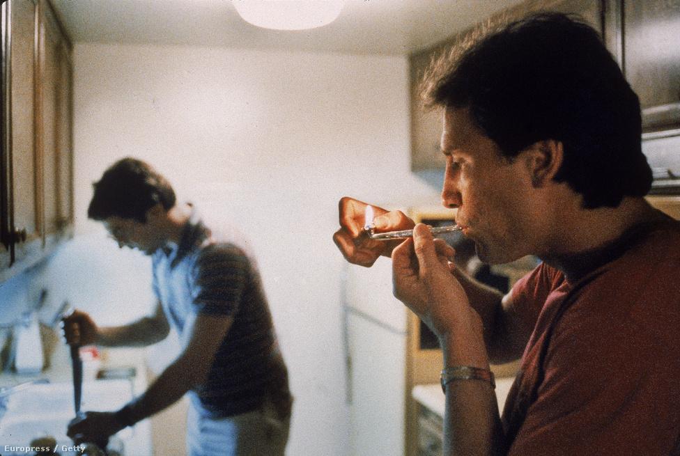 """Végül egy színes kép és egy őszinte pillanat 1986-ból: egy férfi cracket szív. Villet élete végén elutasította a retrospektív, munkáit összegző kiállítás ötletét. """"A munkám önmagáért beszél."""""""