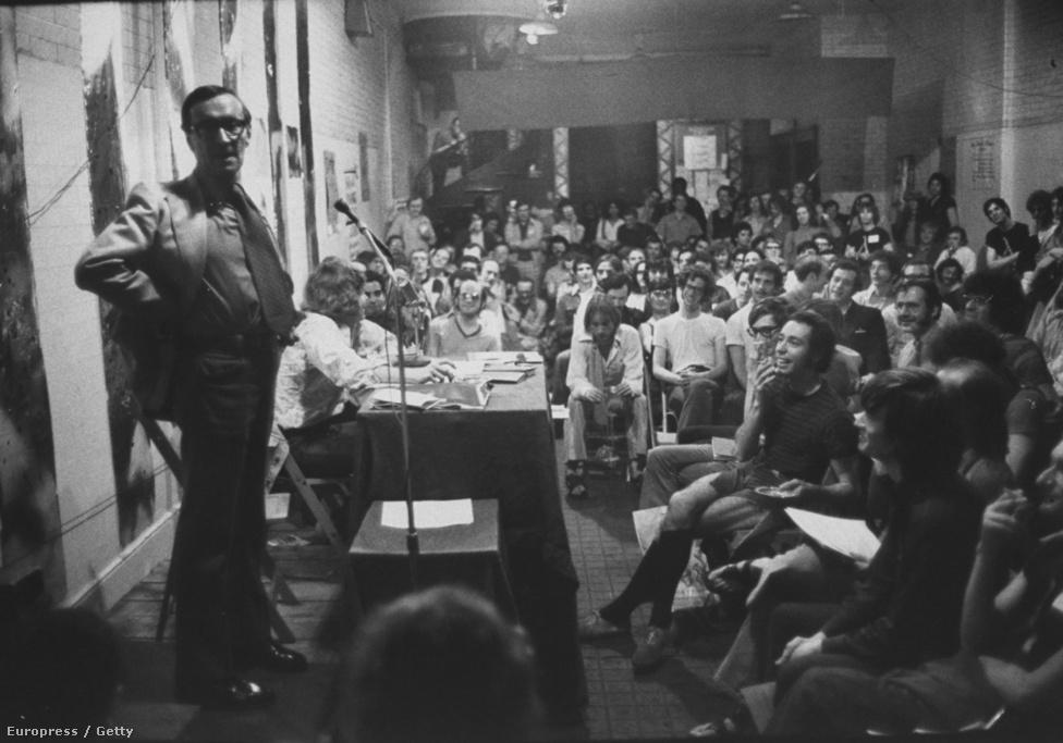 A Life 1971-ben tizenegyoldalas riportban dolgozta fel a melegjogi aktivisták mozgolódását - az olvasóik nem kis megrökönyödésére. Ha Conhita Wurst ilyen hullámokat vet még 2014-ben is, el lehet képzelni az olvasók reakcióját 1971-ben: rengeteg felháborodott levelet kaptak.   A képen Merle Miller meleg író ad éppen elő.