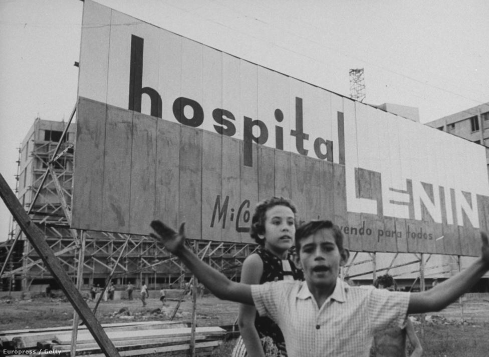 Tábla hirdeti büszkén az orosz adományokból készült Lenin kórházat. A helyszín: Kuba.