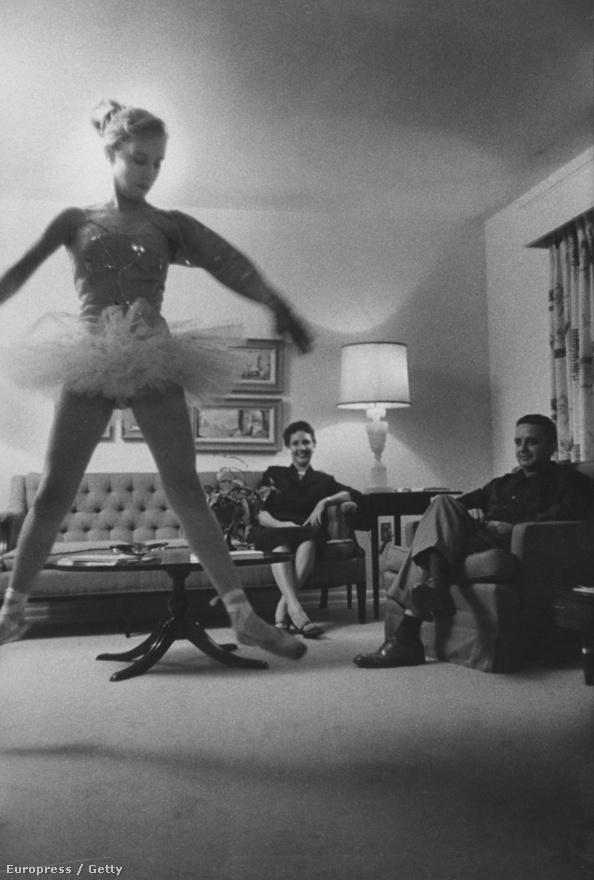 """Villet általában természetes fénynél dolgozott, de egyébként sem szerette a beállított képeket. """"Én inkább azt szeretem bemutatni, ahogyan az emberek léteznek. A türelem mindig sokkal jobb képeket eredményez, mint bármi, amire magamtól gondoltam volna."""" Az 1958-as Miss America, Mary Ann Mobley családjával otthonában."""