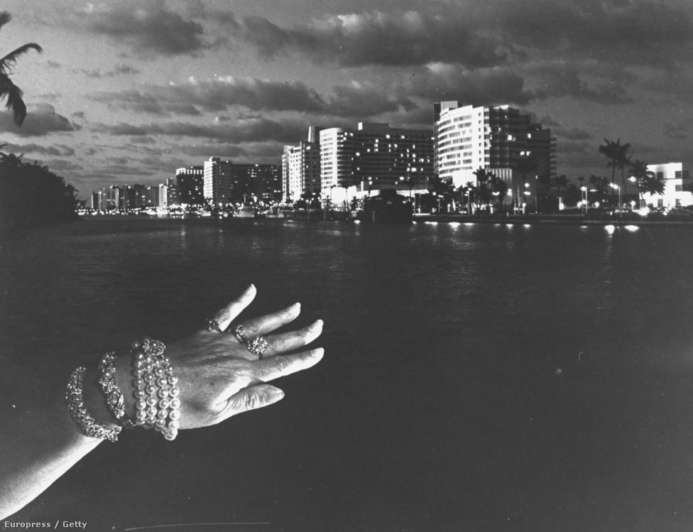 Miami Beach, az ékszertolvajok paradicsoma. Villet szerint a kommentár sokszor ugyan hozzá tud tenni egy képhez, de néha le is rombolja annak az erejét.