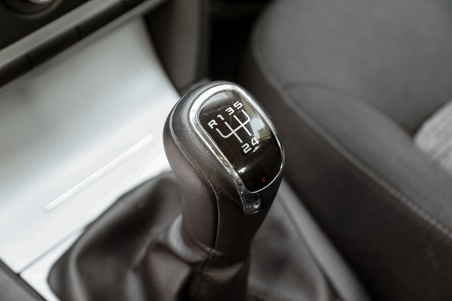 Drágább típusoknál a nepperek lecserélik a váltógombot, hiszen az autó árához képest filléres tétel. Ha kicsit karcos, az legalább hiteles. A mai autók váltókulisszái sokat bírnak, ha lötyögést vagy lógást tapasztal, az nem túl kíméletes használatra illetve magas futásteljesítményre utal.