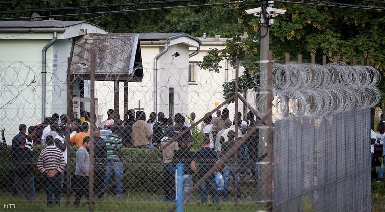 A debreceni menekülttábor miután a rendőrségnek közbe kellett avatkoznia mert tömegverekedés tört ki a befogadóállomáson élők között 2013. június 28-án.