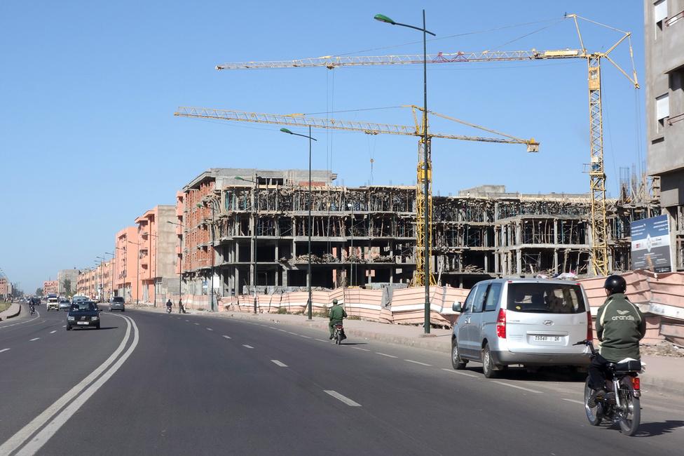 Marrákesben sem vet fel minden építési vállalkozót mostanában a pénz. Bár a fagyokat és a gyömnövényeket (sőt, általában a növényeket) mellőző körülmények között valóban lassabban pusztulnak az épített javak, ez a félkész monstrum azért elég pocsékul néz ki