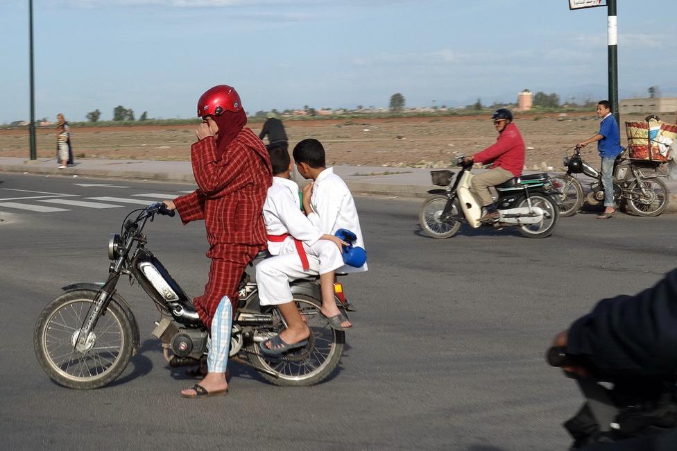 Van arra mód, hogy két gyereket is biztosan szállítsunk mopeden, ugye látják