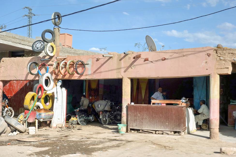 Jó boltnak jó cégér - gumis műhely az országúton