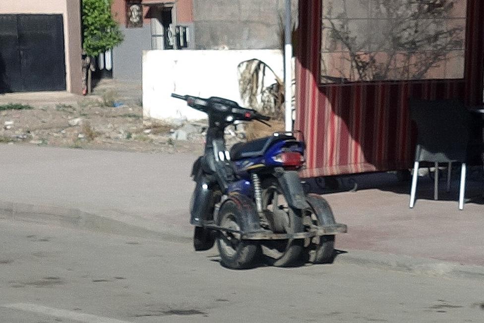 Nincs pénzed autóra, de nem tudsz biciklizni? Vegyél motort, tegyél rá kitámasztó kerekeket! Nem egyedi megoldás, még ha csak ezt az egyet tudtam csak fotózni, mert láttam hasonlót vagy fél tucatnyit