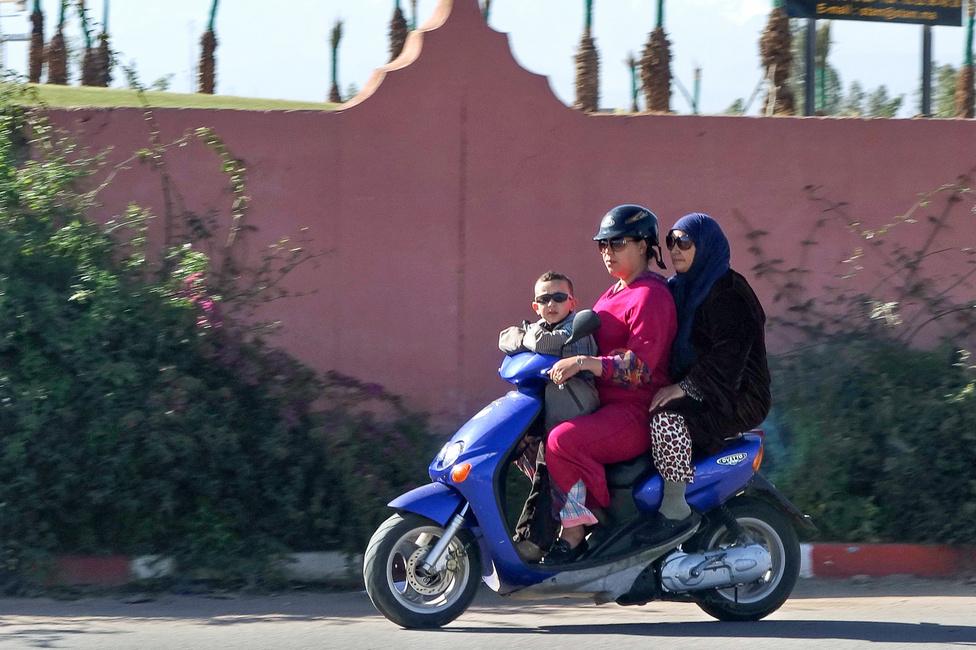 Egy szabályosan közlekedő motoros család, például az anyuka sisakot is hord