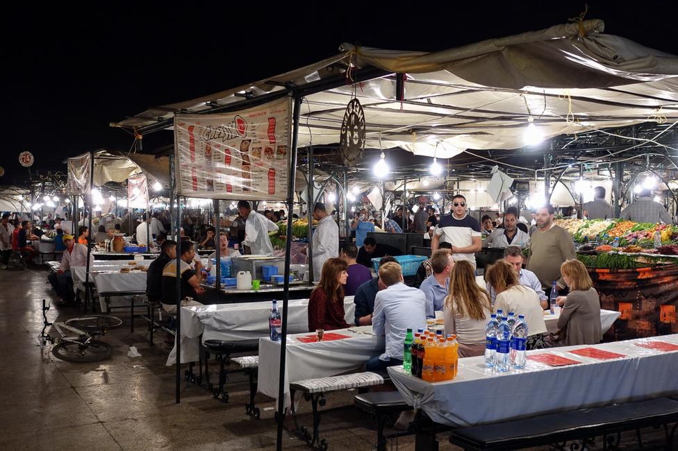 A főtér közepén, körülbelül egy Deák térnyi helyen a kifőzdések állítják fel esténként a sátraikat. Ha itt nincs száz étterem, akkor egy se, és mindben van vendég
