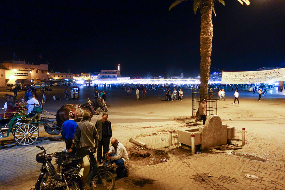 Marrákes főtere éjjel az egyik legizgalmasabb hely a Földön. Csoportokban dobolnak, táncolnak, fáklyákat lóbálnak az emberek, a zaj leírhatatlan, a tombolás elsöprő, az egész fiesztahangulat lehengerlő