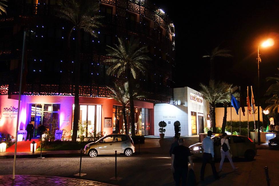 Azért ha este elmész Marrákesbe sétálni, meglepő gazdagságba is ütközöl, ez például egy Louis Vuitton áruház