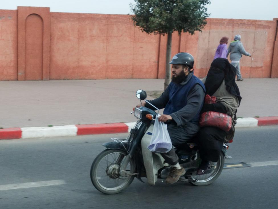 Lehet, hogy Marrákes az egyik legkozmopolitább hely Marokkóban, de a csador azért itt is elkél, ha konzervatívabb fajtából való nő vagy és az utcára mész