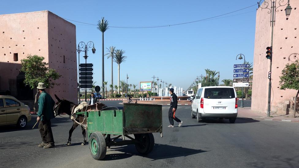 Marokkó legeurópaibb városa Marrákes, annak is az elegáns, sima aszfaltos részében járunk, mondjuk úgy - az ötödik kerületben. A lovaskordé azért itt is mindennapos (inkább minden tízperces) látvány